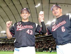 プロ初勝利を挙げた小島(左)はウィニングボールを手に井口監督と笑顔を見せた