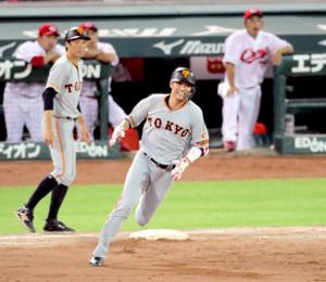 7回無死一塁、坂本勇が決勝の左中間適時二塁打(左は鈴木尚広コーチ)