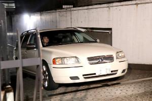 保釈された金子賢輔被告を乗せた車