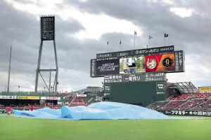 台風の雨雲が近づく中、試合開始に向けビニールシートが外された(カメラ・保井 秀則)