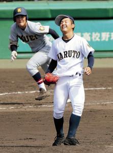 7回1死三塁、仙台育英・大栄(左)に中前適時打を打たれ、鳴門・西野はマウンドで天を仰いだ
