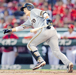 4回1死二、三塁、左前に先制打を放つ小林