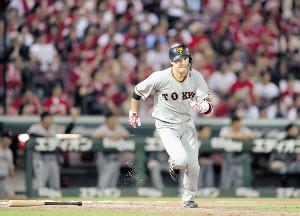 7回無死一塁、坂本勇が左中間に勝ち越し二塁打を放つ(カメラ・保井 秀則)