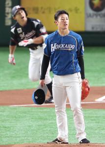 1回無死、荻野(後方)に左越えの8号先頭打者本塁打を浴びた吉田輝