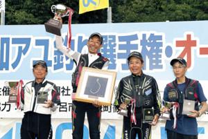 表彰台に上がった(左から)準優勝・大原、優勝・廣岡、3位・辻、大野の4選手