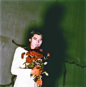 ドラマ「傷だらけの天使」の番組宣伝写真を撮影した際の萩原健一さん(撮影・加納 典明)