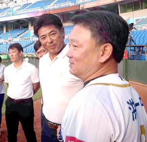 台湾代表の洪監督(右)にあいさつする稲葉監督(左は井端コーチ)