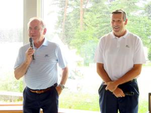 東京五輪テスト大会の日本ジュニアの会場で取材に応じた国際ゴルフ連盟のピーター・ドーソン会長(左)、アントニー・スキャンロン氏