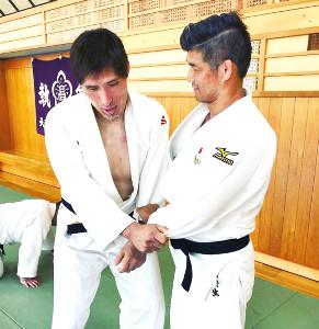 篠原信一氏(左)と練習する井上康生監督