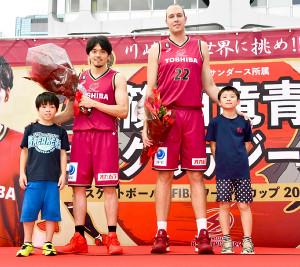 W杯を前にファンの子供たちから激励を受けるBリーグ・川崎の篠山(中央左)とファジーカス(同右)