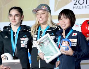 女子リードの表彰台で笑顔の(右から)3位の森、優勝のヤンヤ・ガルンブレト、2位のミア・クランプル