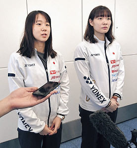 バドミントンの世界選手権出発を前に、取材に応じる永原(左)、松本組