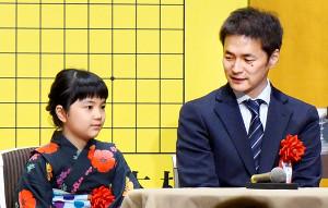 浴衣姿でトークショーに登場した仲邑菫初段と父の信也九段