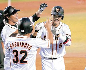 14年9月2日の広島戦、逆転3ランを放った坂本勇(右)