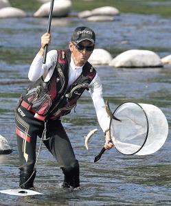 決勝戦でアユを釣り上げる廣岡昭典選手