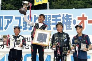 表彰式で笑顔を見せる(左から)準優勝・大原、優勝・廣岡、3位・辻、大野の4選手