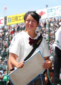 作新学院に敗れるも笑顔でグラウンドを後にする岡山学芸館の記録員・森岡萌菜マネジャー