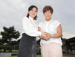 笑顔で握手を交わす東京五輪ゴルフ日本代表女子コーチの服部道子氏(左)と東京五輪ゴルフ韓国代表女子チームリーダーの朴セリ氏