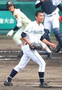2回1死一、三塁、作新学院・福田(左)にレフトへ犠飛を打たれた岡山学芸館・丹羽