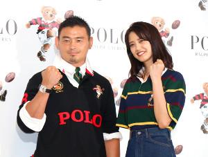五郎丸歩と「キッカーベアコレクション」の発表会に参加した山崎紘菜