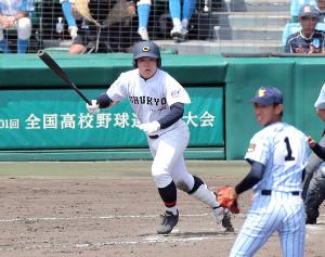 7回1死一、二塁、勝ち越し適時打を放つ中京学院大中京・小田