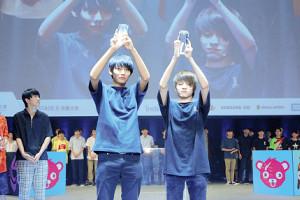 初代王者に輝いた藤森来生選手(右)と菅澤尚大選手