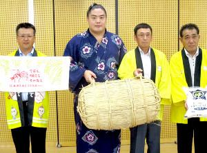 地元出身の一山本(左から2人目)に道南を代表する米「ふっくりんこ」1俵が贈呈された
