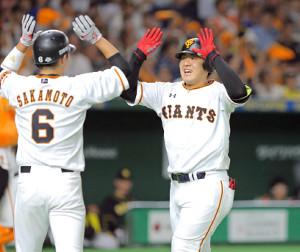 4回1死一塁、右中間へ逆転2ランを放った岡本和真