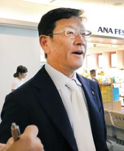 羽田空港から北海道入りした日本ハム・栗山監督