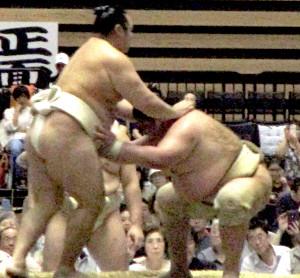 ぶつかり稽古で横綱・鶴竜(左)の胸を借りる矢後