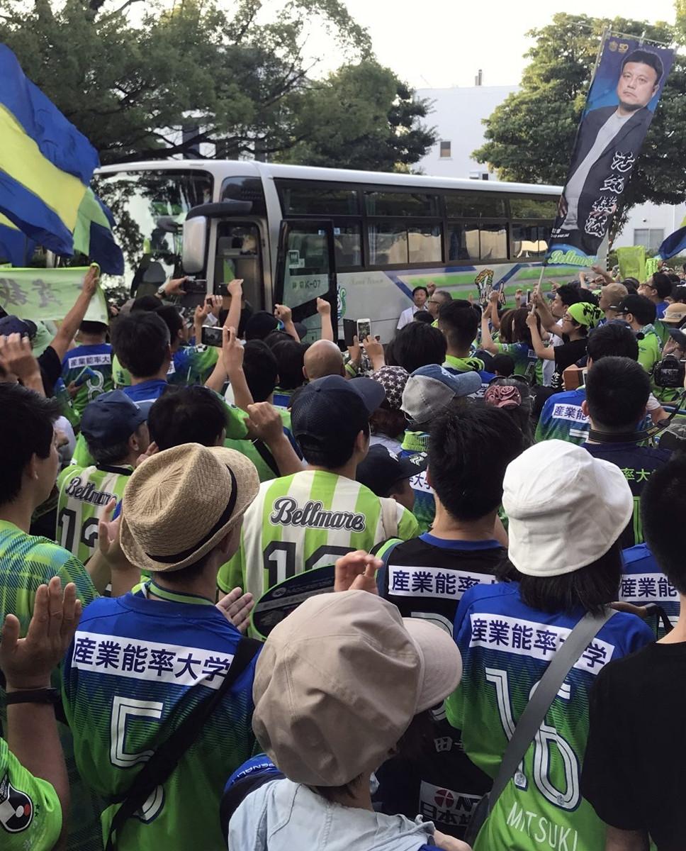 曹監督ののぼりを持って、選手バスを迎える湘南サポーター