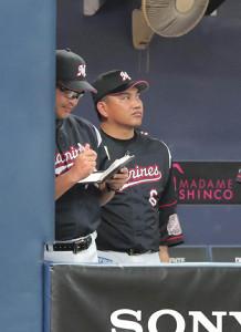 ベンチからスコアボードを見つめる井口資仁監督(右)