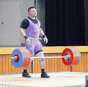 成年男子109キロ超級に出場した持田はジャーク3本目で左太ももを痛めた