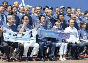 記念撮影で笑顔を見せる小泉進次郎氏(前列左から3人目)