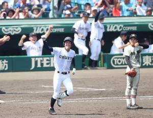 8回無死満塁、中京学院大中京・元謙太がレフトへ逆転満塁本塁打を放ちガッツポーズ