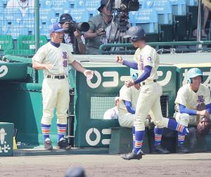 2回1死、星稜・ 今井秀輔が左越え満塁本塁打を放ち、林和成監督(左)に迎えられる (カメラ・馬場 秀則)