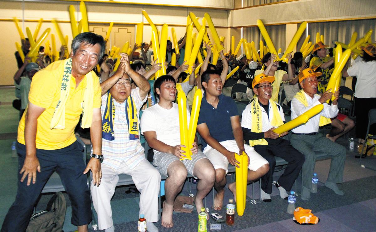 かほく市内でのパブリックビューイングで声援を送る奥川の兄・圭崇さんら(最前列左から4人目)