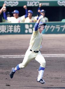 2回1死、左越えの満塁弾を放ちガッツポーズで走る星稜・今井(カメラ・馬場 秀則)