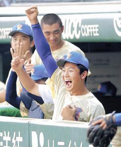 9回、大高の本塁打にガッツポーズで喜ぶ奥川