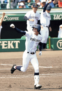 8回無死満塁、中京学院大中京・元が左越えに逆転満塁本塁打を放ちガッツポーズ