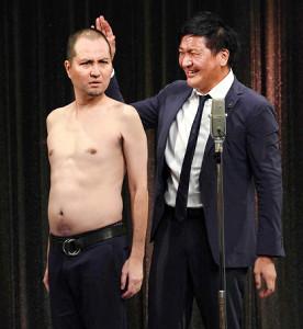 復帰しネタを披露したスリムクラブの真栄田賢(右)と内間政成