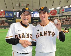 5月23日、プロ初勝利の桜井俊貴を祝福する巨人・原辰徳監督(左、カメラ・橋口 真)
