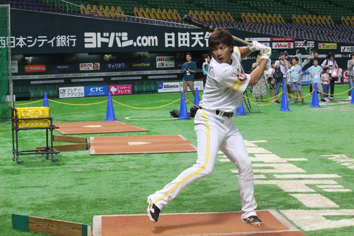 1軍の投手練習に参加し、打撃練習を行ったソフトバンク・柳田