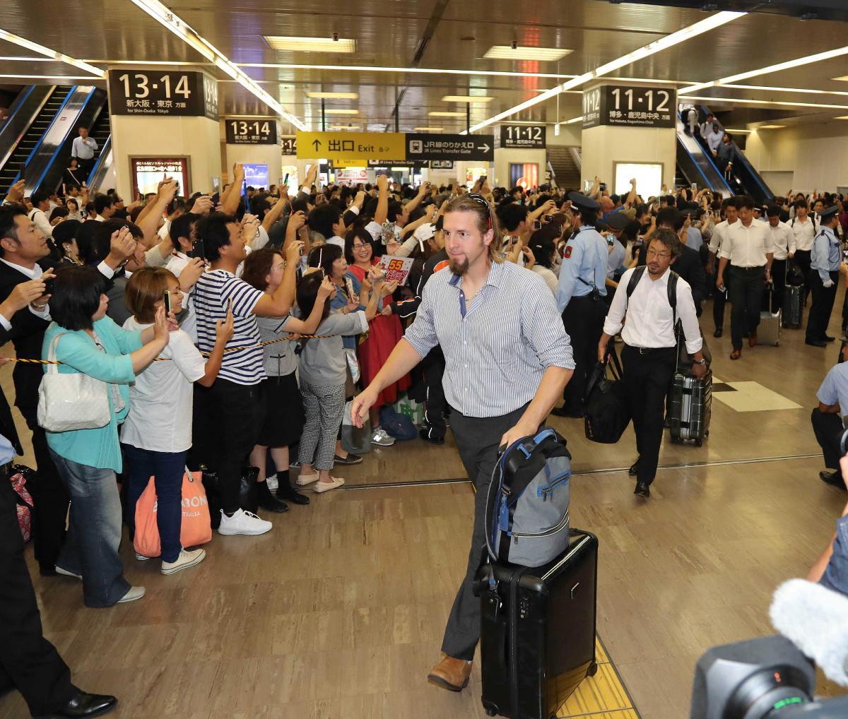 17年9月19日、リーグ優勝から一夜明け、広島駅ではエルドレッド(手前)らナインを多くのファンが出迎えた