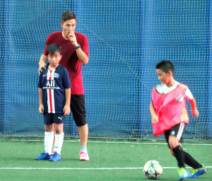 「FOOTBALL LEGENDS CLINIC」で少年を指導した元日本代表MF福西氏(左から2人目)