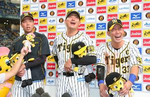 阪神・青柳(左)はヒーローインタビューで「糸原さんより女性ファンは多いです」と言い、糸原(右)、福留(中)を笑わせた