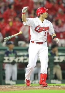 9回、起死回生の同点3ランを放った広島・鈴木は、右手を挙げて走り始めた