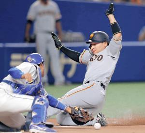 1回2死一、三塁、打者・大城のとき、一塁走者・岡本の二盗の間に三塁走者・丸が本盗を成功させる(捕手・加藤=カメラ・保井 秀則)