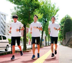 東京五輪マラソン代表選考会に向けて本拠地の長崎で走る井上大仁(右、左は岩田勇治、中央は木滑良)