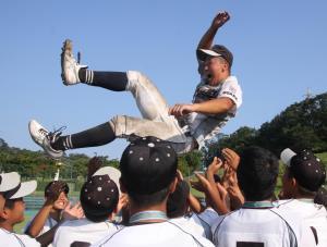 大阪交野の松田主将は歓喜のナインに胴上げされた